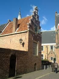 HOF20 ligt op de hoek van de Langebegijnestraat en het Begijnhof in Haarlem